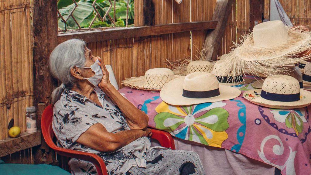 Pilar Veliz cumple 100 años manteniendo viva la tradición del arte de fabricar sombreros.